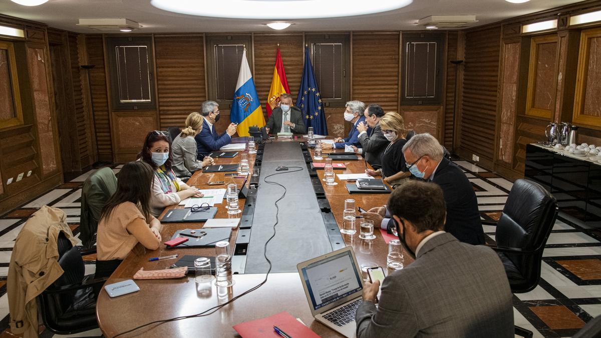 Canarias pide la derivación a la Península de 500 menores extranjeros no acompañados