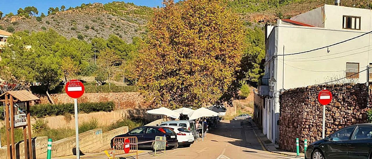 La entrada al Pastoret, en una calle sin salida, con los campos para aparcar al fondo.  | LEVANTE-EMV
