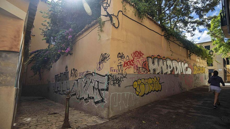 Las pintadas vandálicas invaden la confluencia de las calles Ermità y Gavarrera