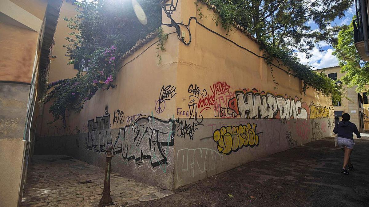 El punto donde se unen estas dos calles, lleno de grafitis.