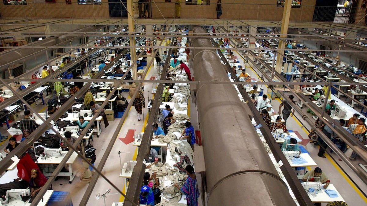 Trabajadores en una fábrica de Bangladeshi