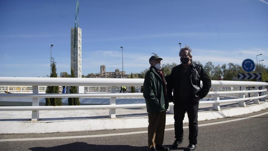 VÍDEO | Instalación de la nueva escultura de Coomonte en el puente de los Poetas de Zamora