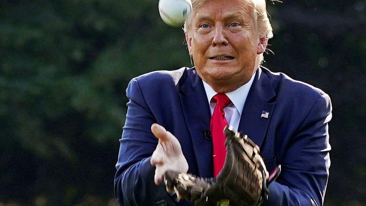 Donald Trump trata de coger una pelota de béisbol, el viernes en Washington.