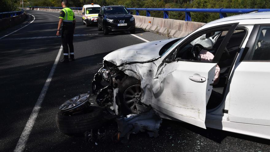 Dos heridos en un accidente con un coche volcado en Alvedro