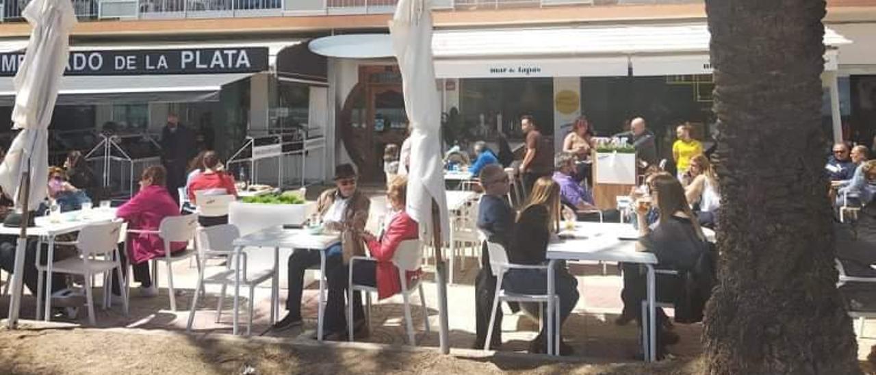 Imagen de la ocupación de las terrazas situadas en el paseo marítimo de Cullera a mediodía del pasado lunes. | JOAN GIMENO