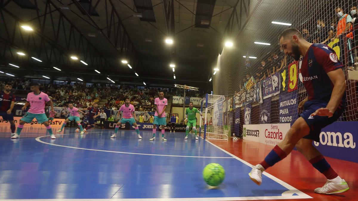 Rafa Usín saca un córner en la final ante el Barça en Paterna
