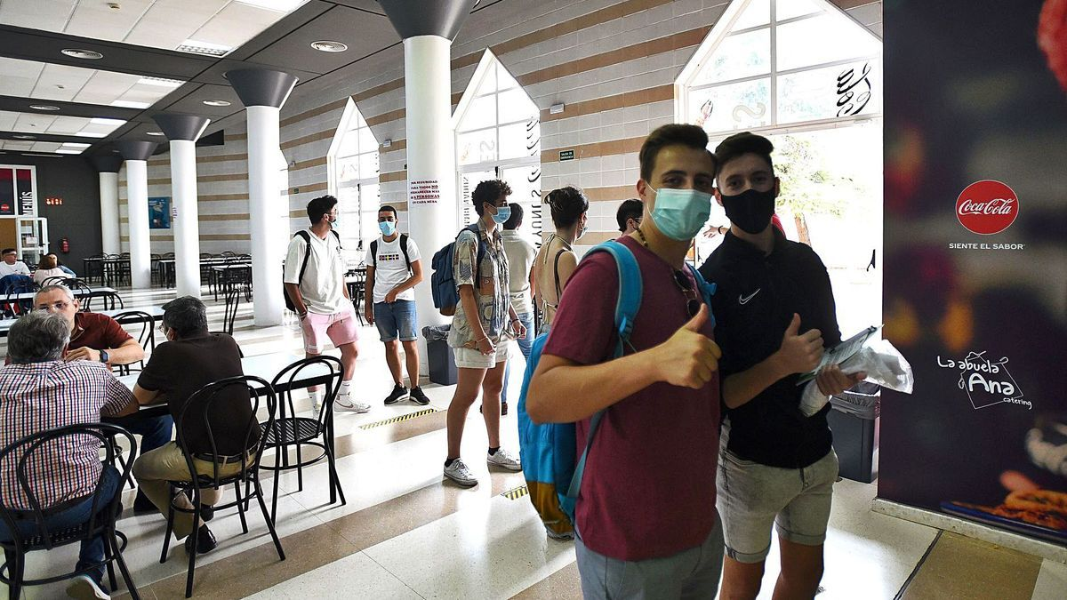 Estudiantes de la UCO en una de las cafeterías del campus de Rabanales.
