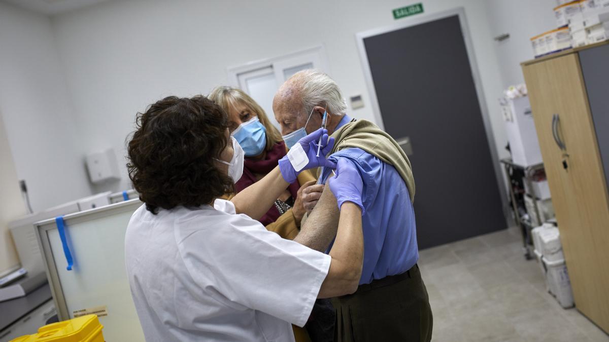 Un octogenario es vacunado con la primera dosis de la vacuna de Pfizer.