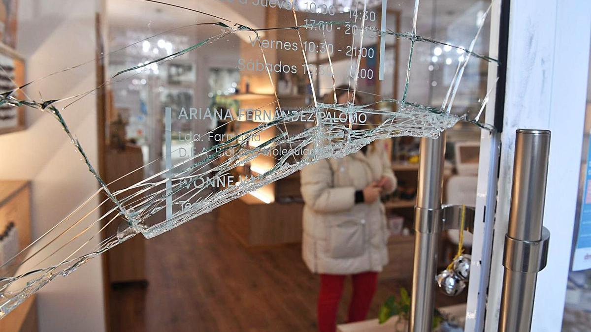 Cristal roto en una tienda de A Gaiteira por un robo el pasado febrero. |   // VÍCTOR ECHAVE