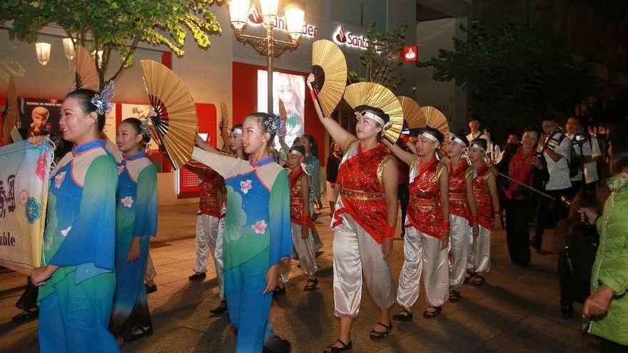 La Plaza Mayor vibra al ritmo del folclore en una noche llena de cultura y color