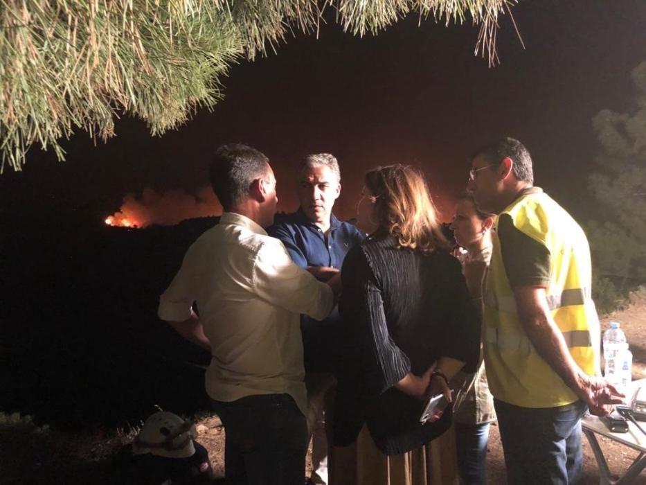Ante el avance del fuego, Bendodo se desplazó a Estepona para conocer de primera mano la evolución del incendio.
