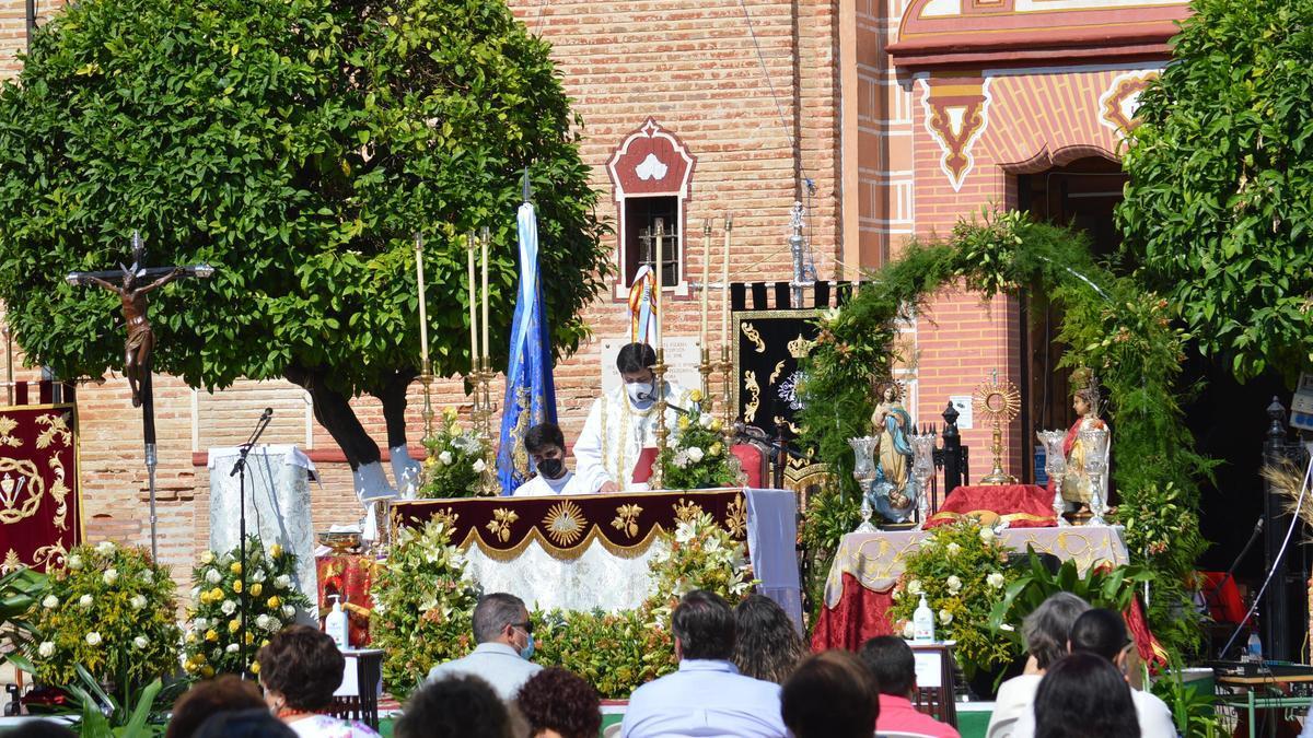 Eucaristía celebrada en la Plaza Real de Fuente Palmera, engalanada para el Corpus.
