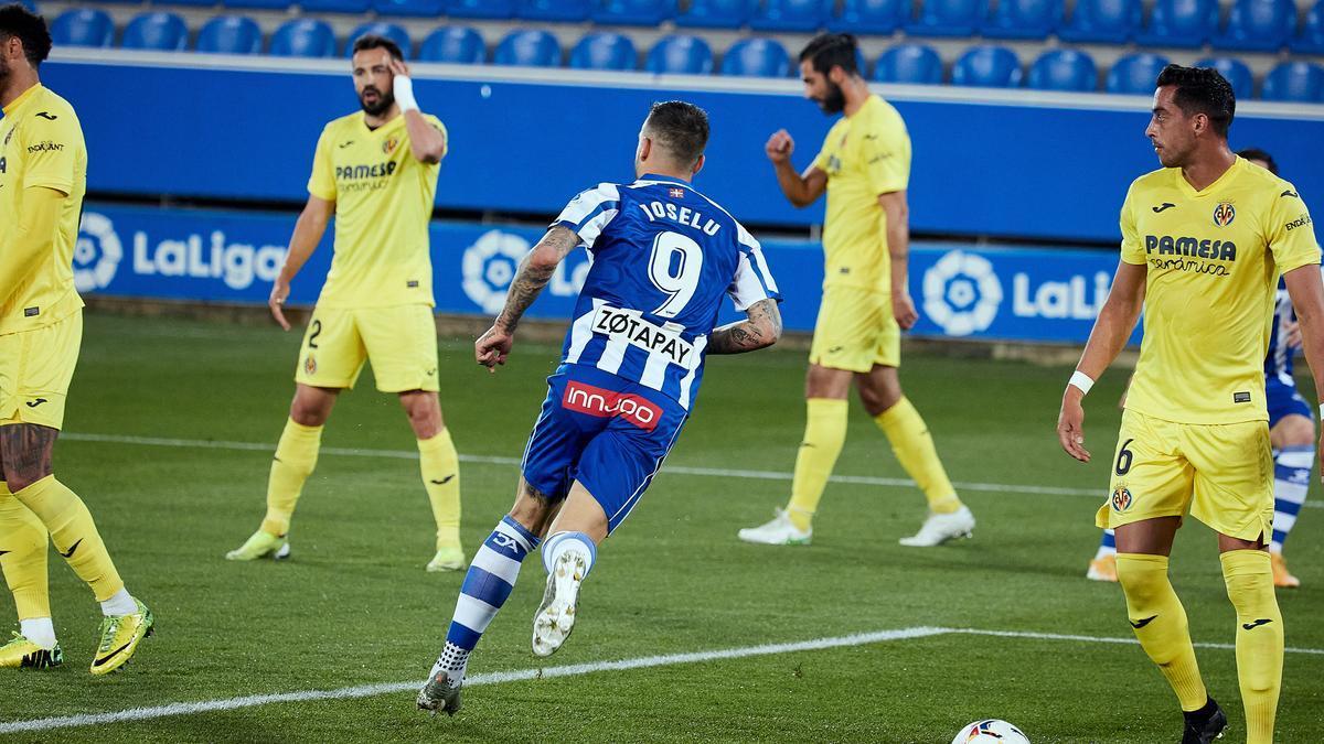 Los jugadores del Villarreal, cabizbajos mientras Joselu celebra el 1-0 para el Alavés.
