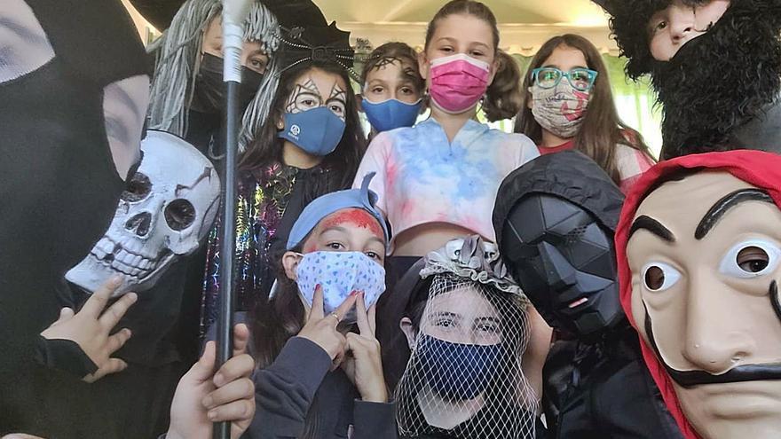 Los disfraces por Halloween llenan las aulas de Arenas (Cabrales)