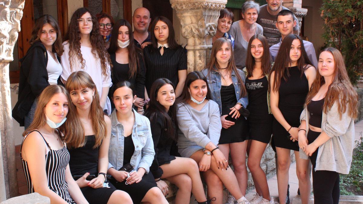Alumnes i professors responsables del projecte al claustre de les caputxines
