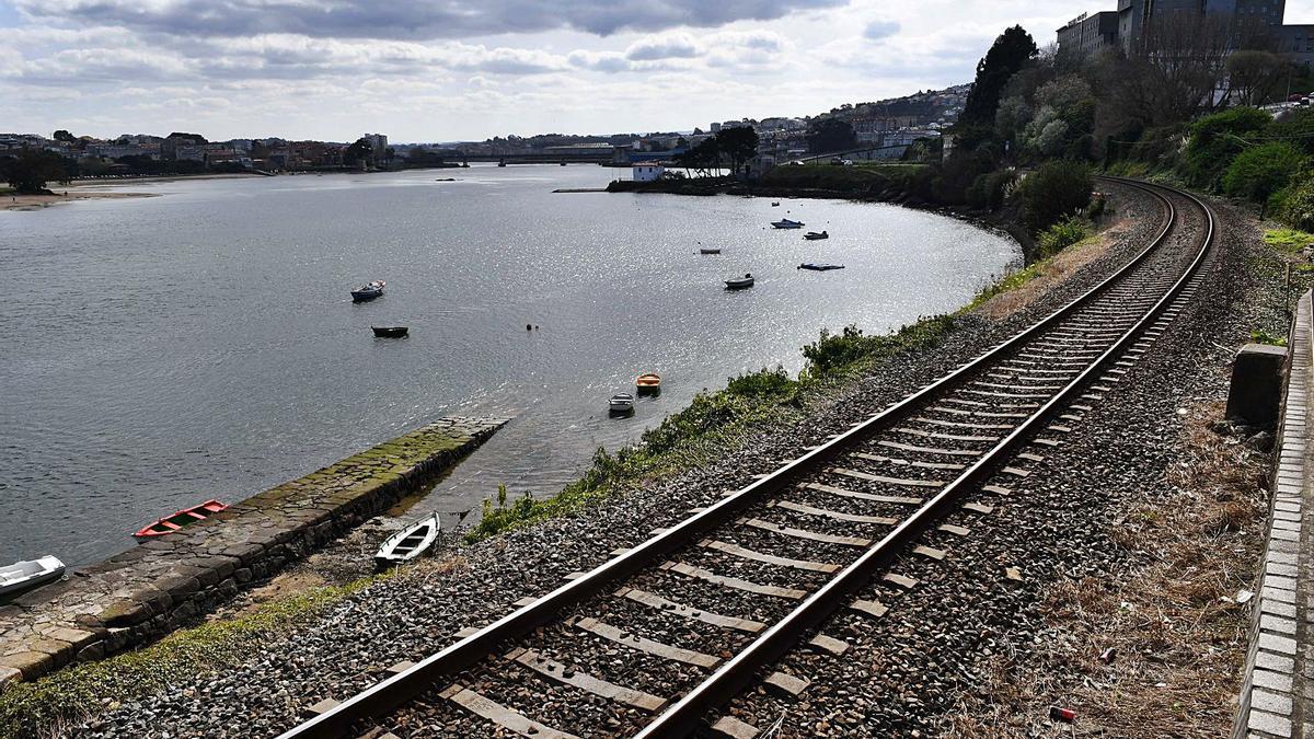 Vías del ferrocarril junto a la ría de O Burgo en el margen de As Xubias. |   // VÍCTOR ECHAVE