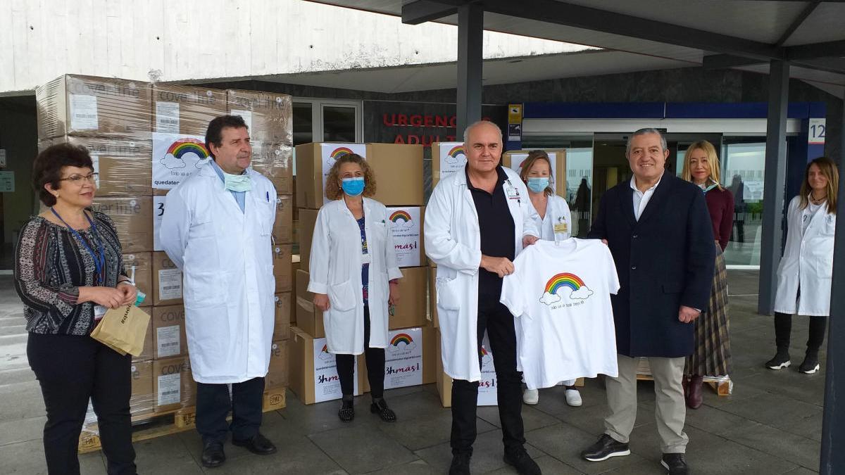 En primer término, el gerente del HUCA, Luis Hevia, recibe la camiseta de la campaña solidaria de manos del empresario de 3hmas1, Jesús Fernández