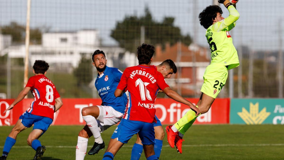 Una acción del partido de la primera vuelta Sporting B-Cultural Leonesa.