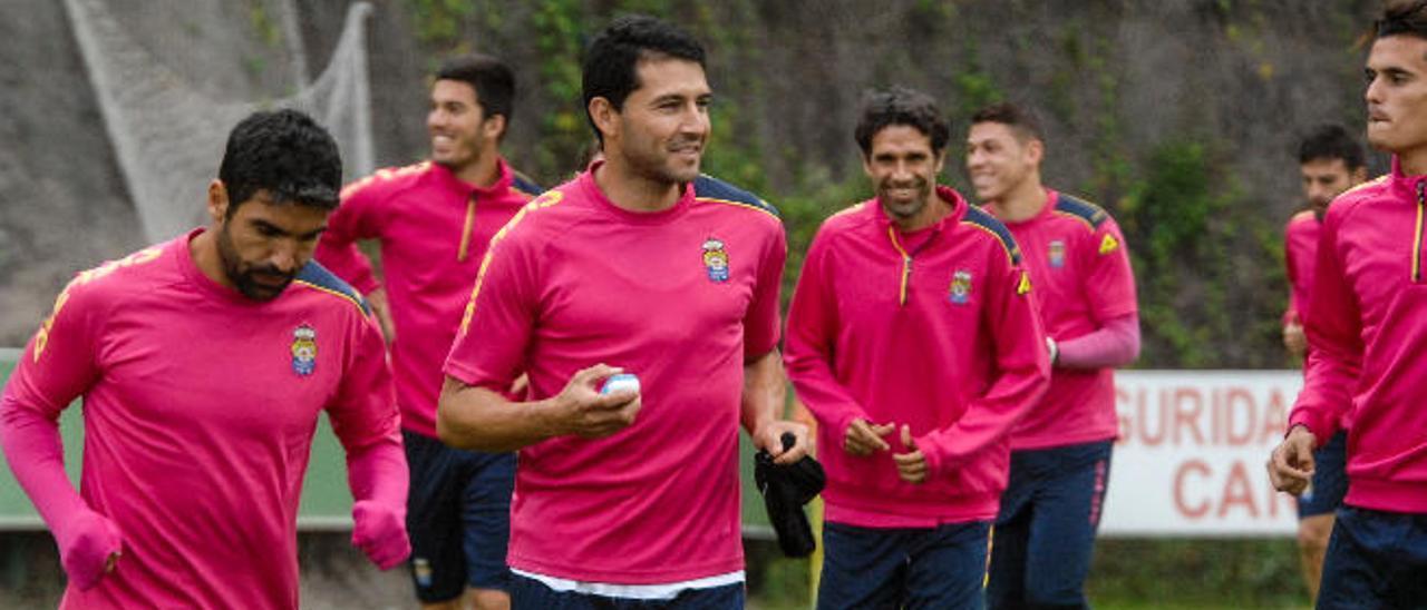 Antolín Alcaraz trota sonriente durante el entrenamiento de ayer con Valerón y Carlos Gutiérrez detrás.