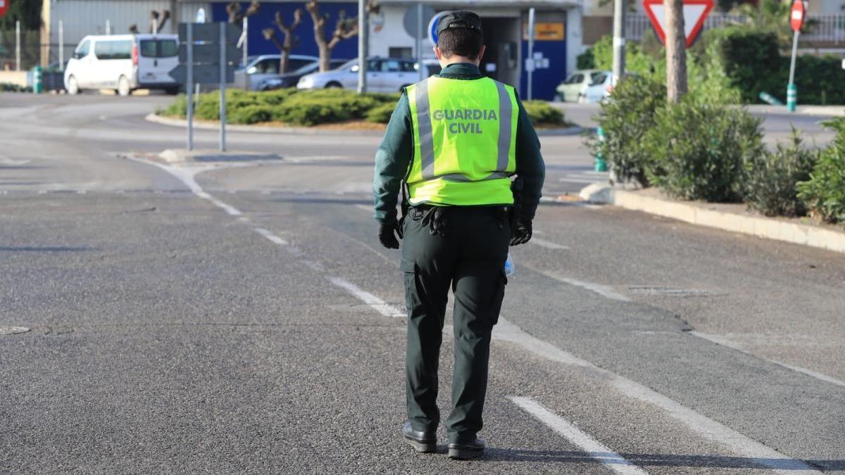 Un guardia civil controla la entrada a un polígono industrial en Lorca.