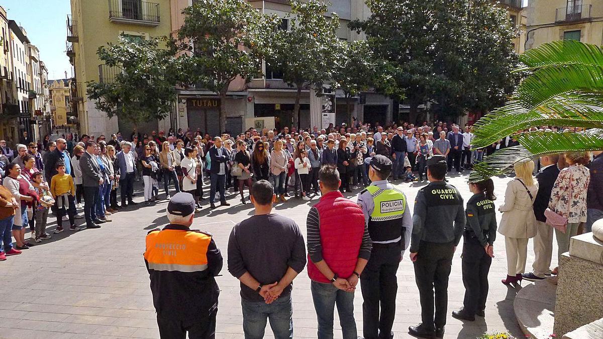 Minut de silenci a la plaça de l'Ajuntament de Figueres dies després de cometre's el crim. | CONTXI MOLONS/ARXIU