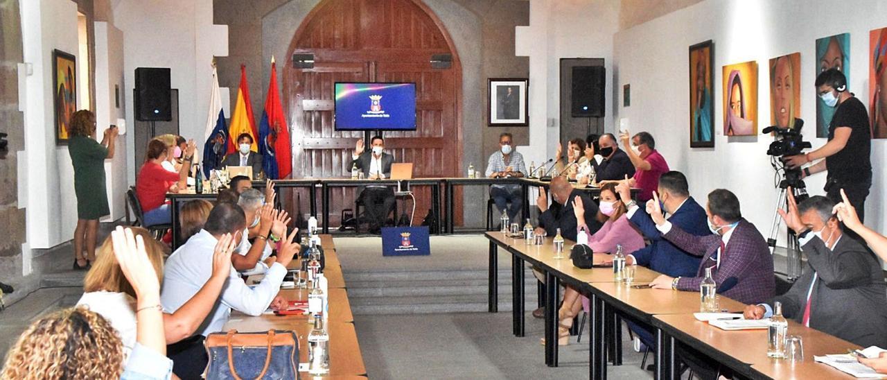 Héctor Suárez (en el centro de la mesa) junto al resto de concejales durante el pleno extraordinario de su renuncia.     LP/DLP