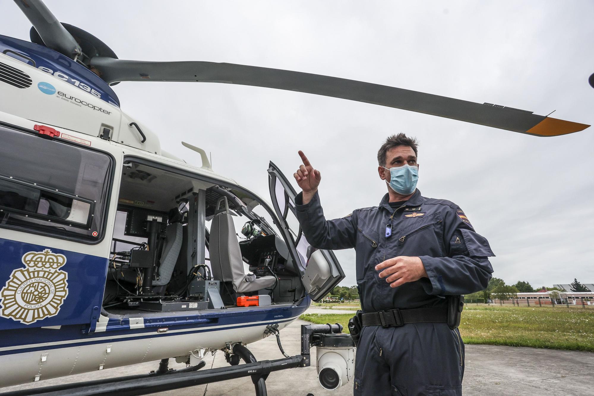Sobrevolamos Asturias en el helicóptero de la Policía Nacional: esto es lo que ven