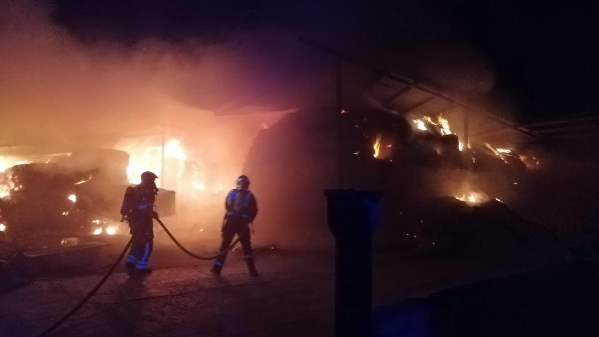 Un incendio arrasa un almacén de paja en Lorca