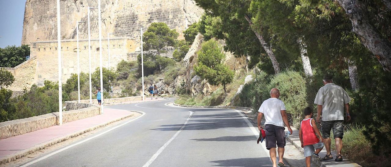 Dos de las zonas valladas en el recorrido de la subida al castillo de Santa Bárbara.    PILAR CORTÉS