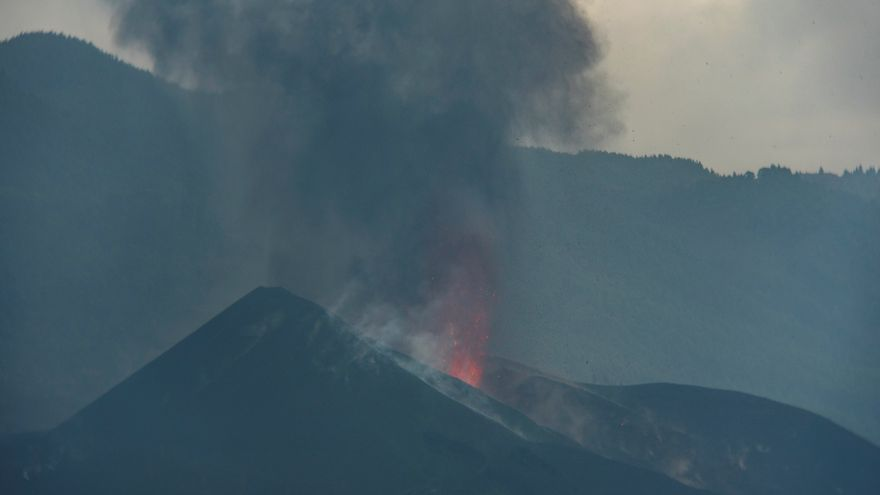 La erupción del volcán de La Palma se activa con nuevas explosiones y expulsión de material