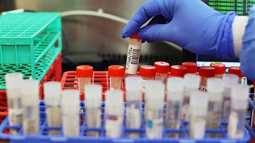 """Hallan dos nuevas variantes del virus en Reino Unido, una de ellas """"preocupante"""""""