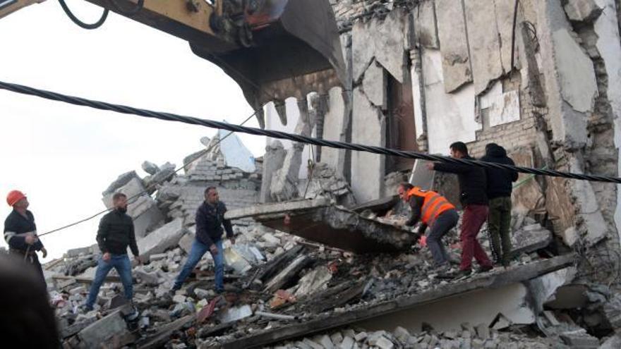 Suben a nueve los muertos en un terremoto de magnitud 6,4 en Albania