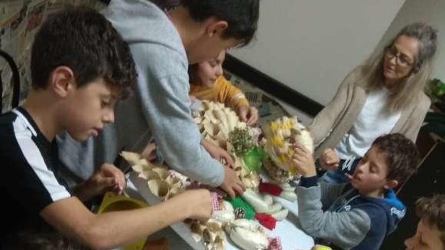 Alumnos nevenses recaudan dinero con adornos navideños para los comercios