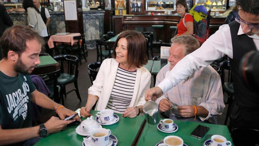 Losada visita con su equipo el clásico café Derby de Santiago
