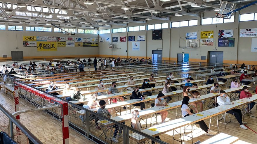 Alumnes de les PAU de la Seu i Puigcerdà s'examinen en un pavelló