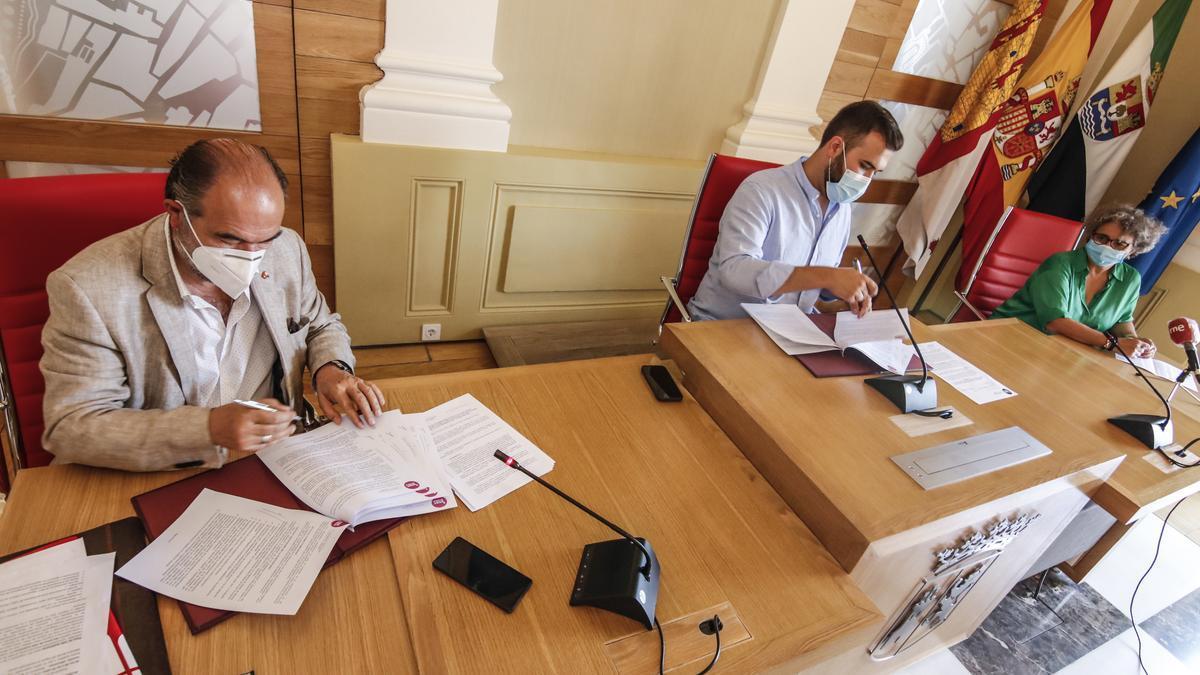 Damián Niso y Luis Salaya firman el convenio por el que el ayuntamiento asigna 50.000 euros a la organización.