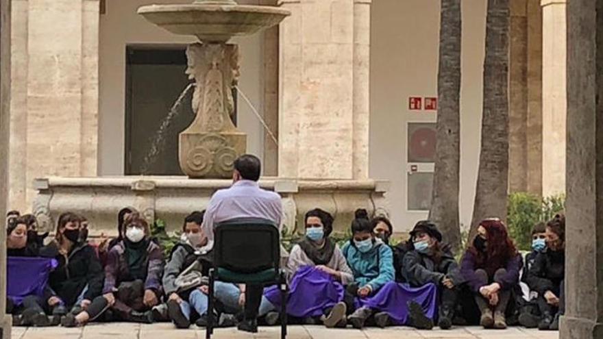 Un grupo de feminista se cuela en la delegación del Gobierno en Valencia