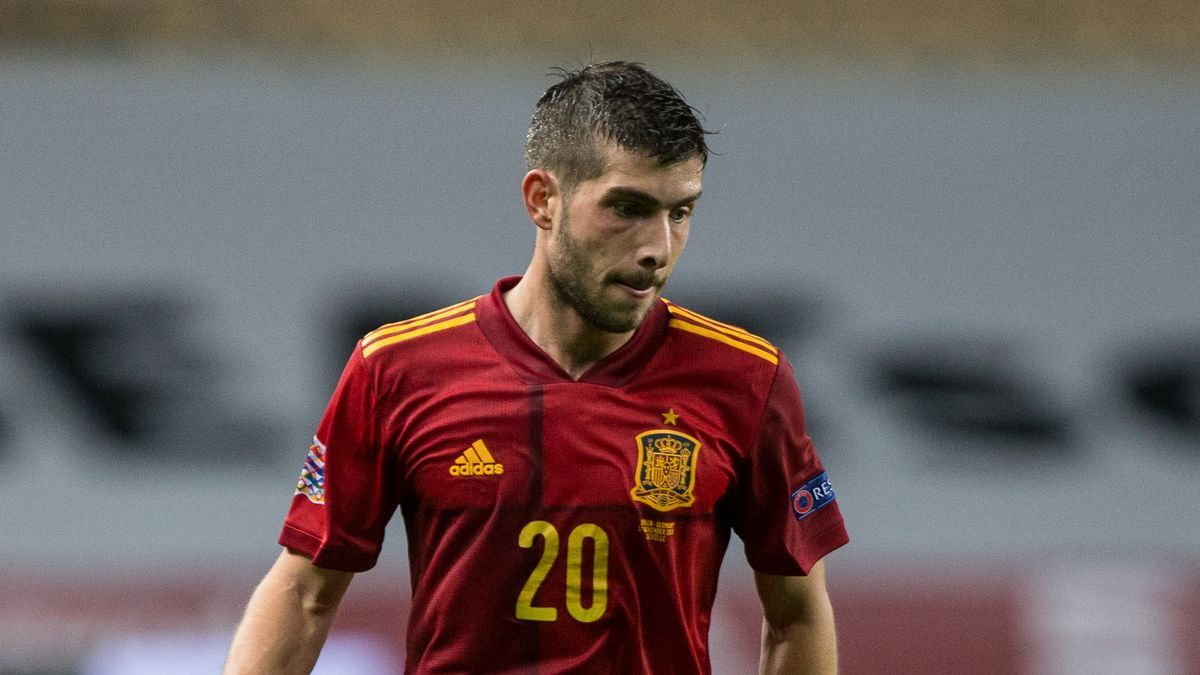 Sergi Roberto with the Spanish team in a Nations League match.