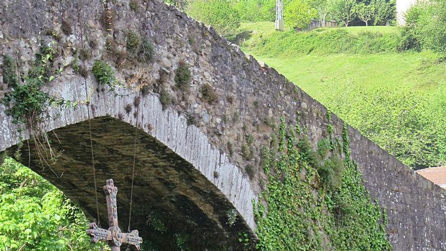 """Cangas de Onís quitará la yedra y malas hierbas que cubren el puente """"romano"""""""