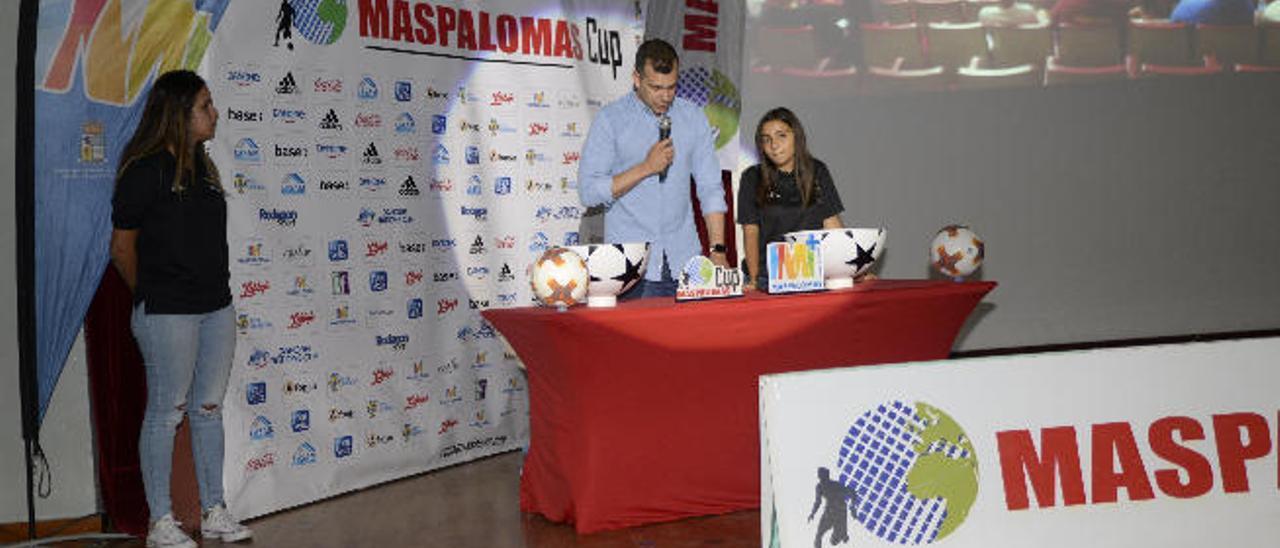 Imagen del sorteo para confeccionar los grupos de la Maspalomas Cup, acto celebrado en el Colegio Claret.