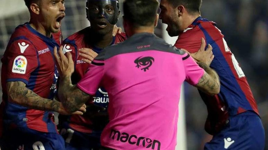 El Levante manda al Málaga a Segunda y acaricia la salvación