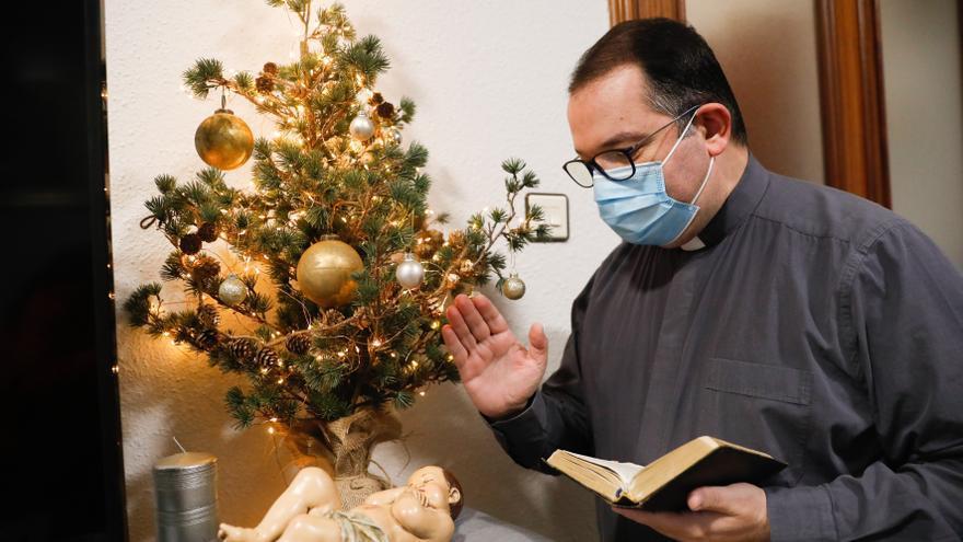 Versalles elimina controversias entre árbol y belén: los dos en la parroquia