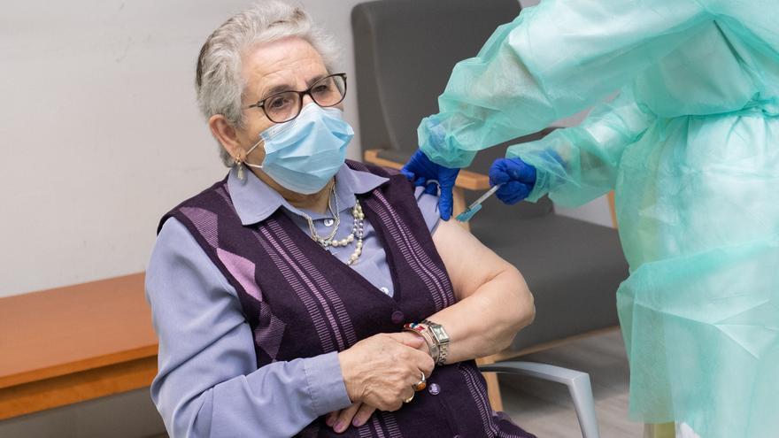 """Nieves Cabo, primera en recibir la segunda dosis de la vacuna en Galicia: """"Ni la sentí"""""""