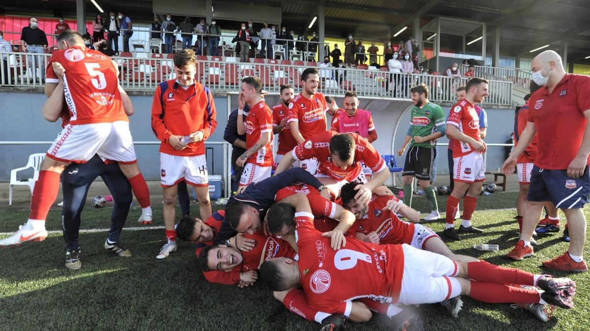 Jugadores y cuerpo técnico del Estradense celebran el triunfo.