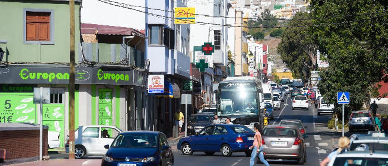 Panorámica de la carretera general de Jinámar, donde están ubicados los comercios del pueblo, ayer.