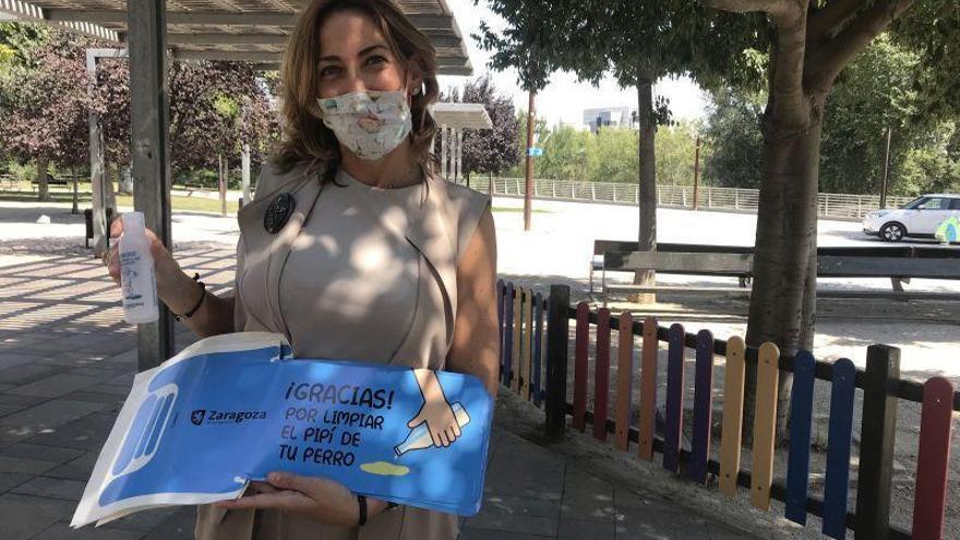 Zaragoza reparte botellas rellenables para limpiar la orina de las mascotas