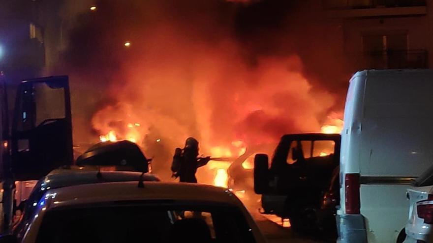 Arden tres vehículos durante la madrugada en Vélez-Málaga