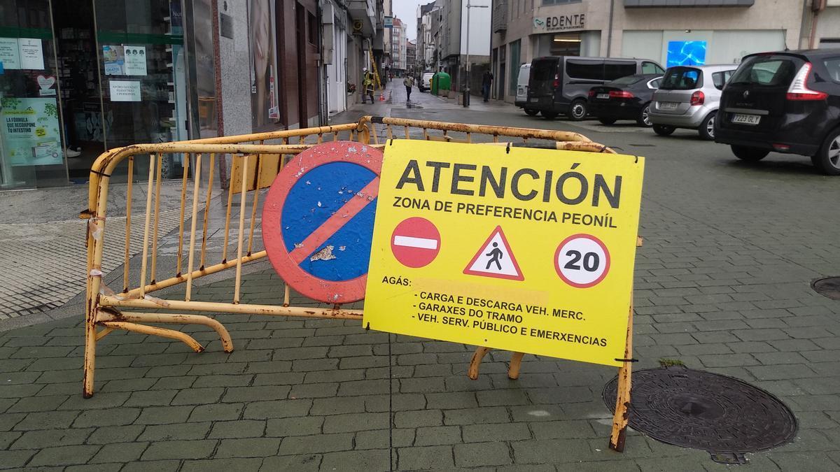Son muchos los vehículos que ignoran la señal de acceso a la céntrica calle.
