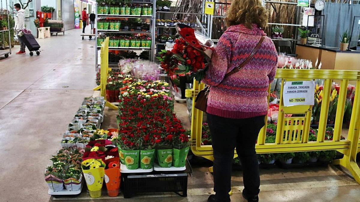 Parada de flors amb roses preparades per Sant Jordi a Mercabarna