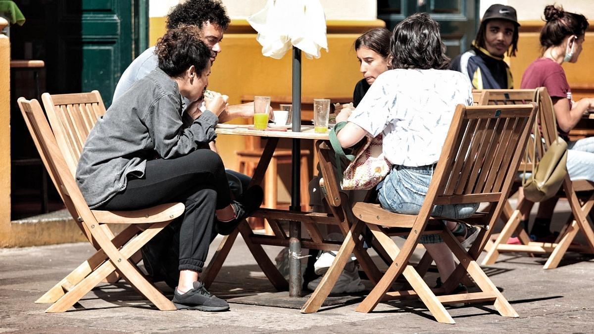 Varias personas consumen en la terraza de una cafetería en Tenerife.